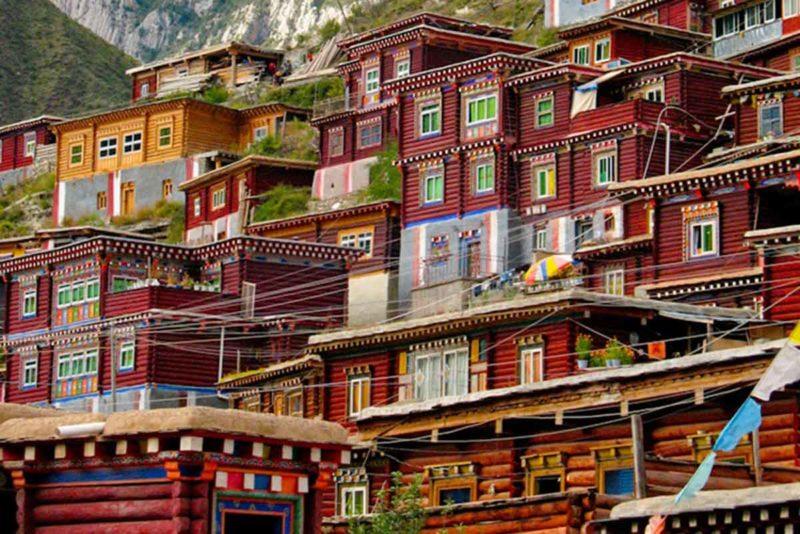 Khampa homes in Derge (Dege).